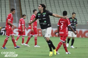 Léo Gamalho taticamente fez uma boa atuação e ainda marcou um gol (Foto: Cearasc.com/Divulgação)