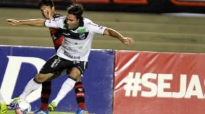 Léo Gamalho fechou o placar que garantiu os três pontos ao Vozao (Foto: Carlos Costa)