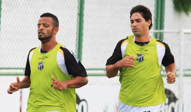 Helder Santos (esq) e Marcos (dir), de contratos renovados, já se apresentaram (Foto:Cearas.com/Divulgação)