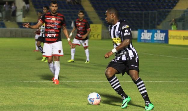 Tadeu fez o gol e tomou o 3º amarelo (Foto: Cearasc.com/Divulgação)