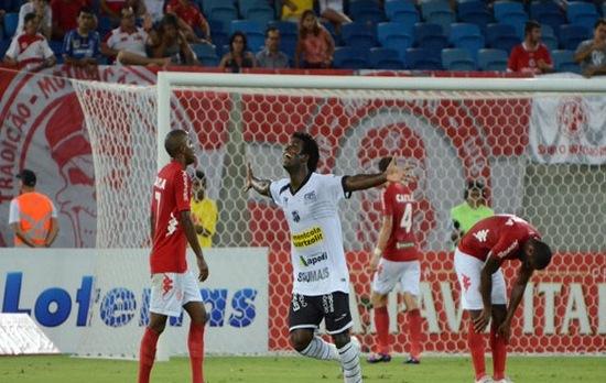 Sandro, o zagueiro artilheiro, marcou o gol da vitória. (Foto: Junior Santos)
