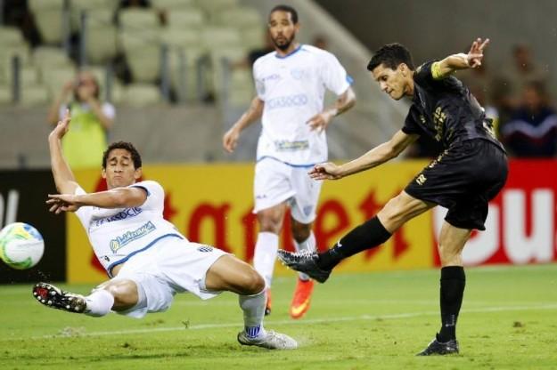Magno Alves marcou mais dois gols e tem sido também nosso melhor zagueiro (Foto: Fabio Lima/O Povo)