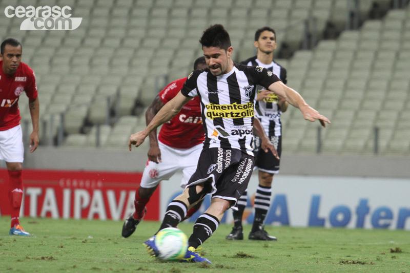 Ricardinho cobra penalti enquanto Magno Alves observa (Foto   Cearasc.com Divulgação) 746907bdc6fb3