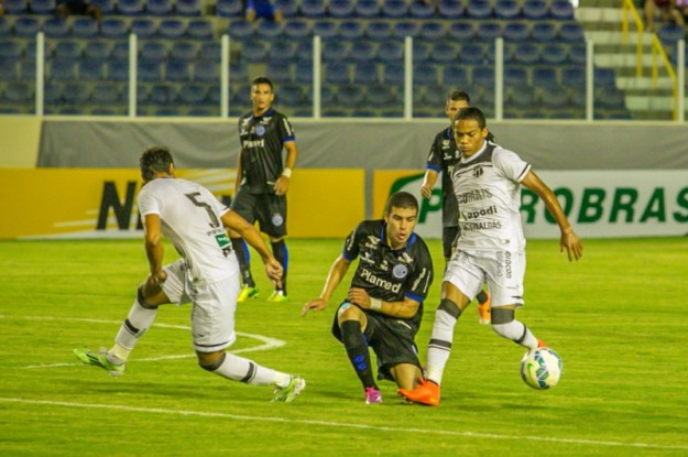 Robinho tanto desperdiça chances de gols, como de mostrar que pode ser um bom jogador (Foto: Filippe Araújo)