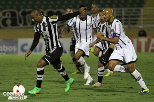 Que azar, Rodrigo Silva abriu o marcador para o Bragantino. (Foto: Christian Alekson/CearáSC.com)