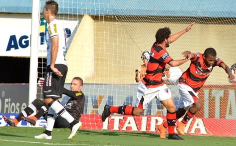 Falhas coletivas e individuais resultaram em mais uma derrota (Foto: Carlos Costa)
