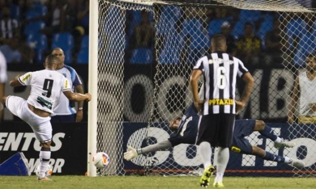 De pênalti Rafael Costa fez o gol da vitória do Vozão (Foto: Guito Moreto)