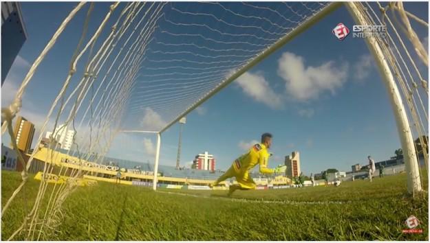Siloé recuou a bola na cobrança do pênalti (Foto: Esporte Interativo/Reprodução)