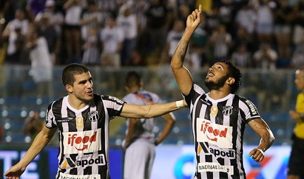 Assisinho comemora seu gol que deu a vitória ao Vozão (Foto: Christian Alekson/CearaSC.com)