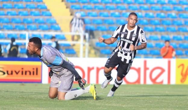 Rafael Costa dessa vez não errou e marcou dois gols de pênaltis (Foto: Christian Alekson/CearaSC.com)