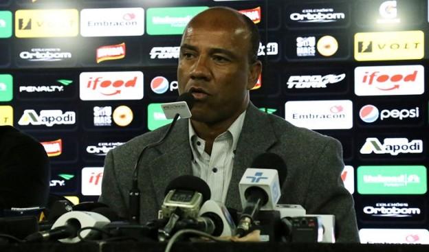 Sergio Soares chegou e pedindo o apoio do torcedor (Foto: Israel Simonton/CearaSC.com)