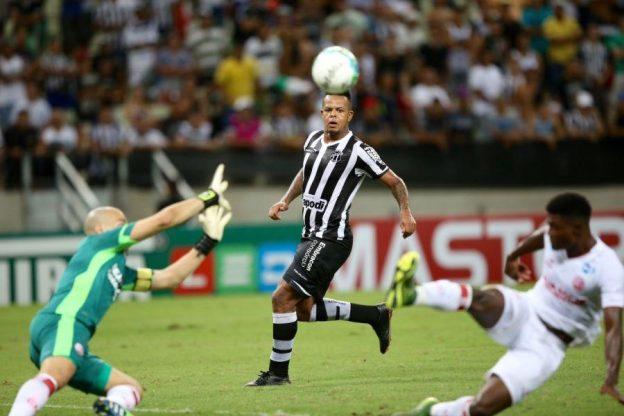 Bill marcou mais um gol e ajudou o Vozão a vencer (Foto: Fábio Lima/O povo)