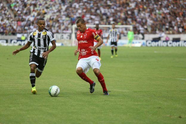 Robinho chegou a jogar de lateral esquerdo (Foto: Christian Alekson/CearaSC.com)