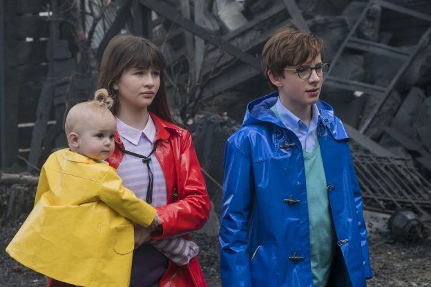 Os órfãos Baudelaire: Sunny (Presley Smith), Violet (Malina Weissman) e Klaus (Louis Hynes)