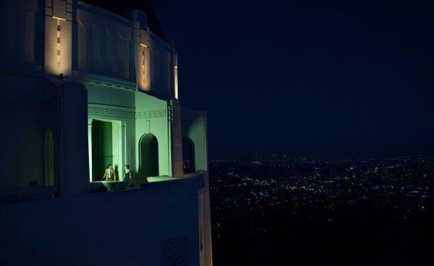 """As referências visuais vão além de musicais clássicos. Na cena, o observatório do parque Griffith, central em """"Juventude Transviada"""" (1955)"""