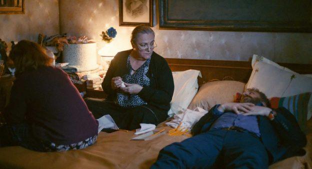 Lary, a mãe (sentada) e a tia (sempre chorando)