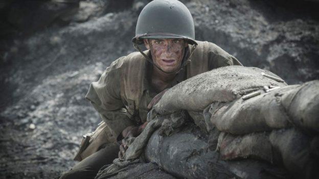 Doss (Andrew Garfield) em meio às trincheiras em Okinawa