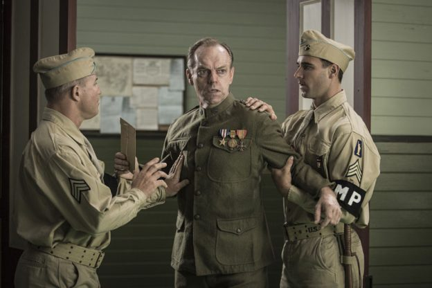 Tom Doss (Hugo Weaving) também só serve para aumentar o heroísmo do filho