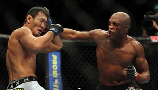 Anderson Silva nocauteou Okami no UFC Rio | Foto: UFC/Divulgação