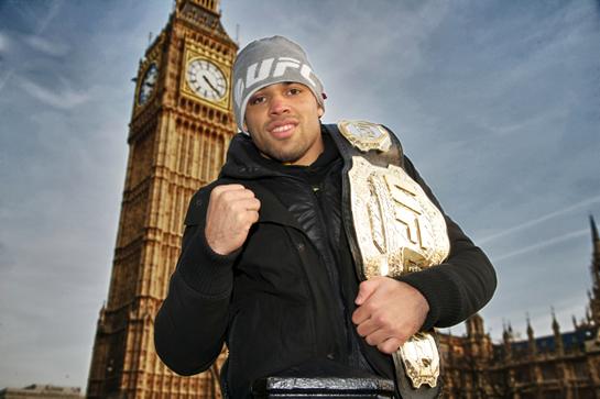 Dois dias após vitória sobre McDonald, Barão exibe seu cinturão interino em frente ao Big Ben, um dos mais conhecidos pontos turísticos da Inglaterra (Metin Tilki / Divulgação UFC)