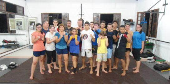 JV posa com seus alunos de Muay Thai, da 'Rank Academia'