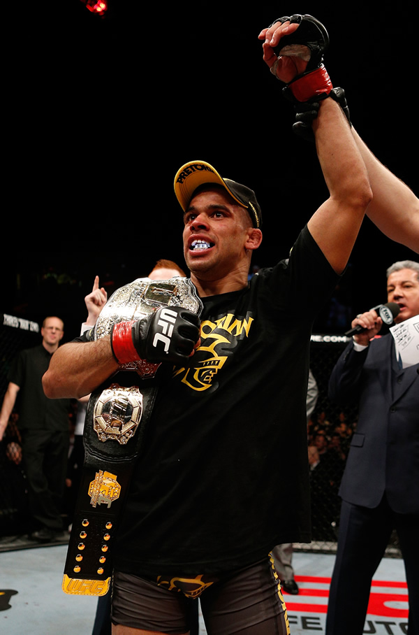 """Braço erguido mais uma vez - Ainda no octógono Renan Barão deu seu recado: """"Dominick Cruz, eu quero você!"""" (Divulgação / UFC)"""