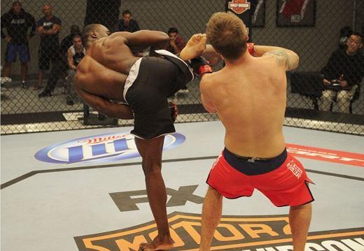 Chute rodado de Uriah Hall atinge Adam Cella. Foto: Divulgação / UFC