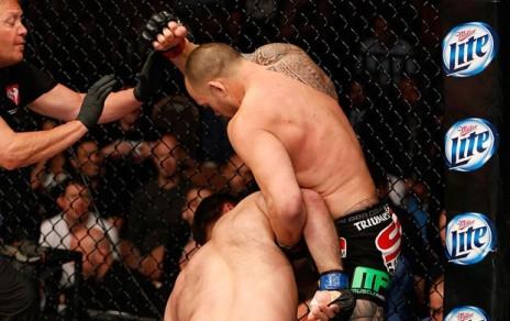 Momento em que Browne se preparava para dar a última cotovelada. Foto: UFC/Divulgação