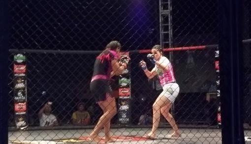 Rosy Duarte se mostrou mais agressiva na luta em pé. Foto: Bruno Balacó