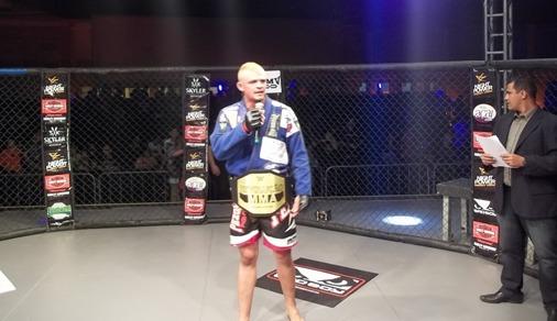 Leandro Naja é conquista cinturão dos pesos penas do Revolução MMA