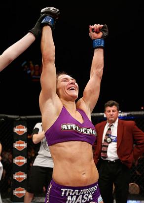 Zingano celebra a vitória, que colocou na disputa pelo cinturão do peso-galo. Foto: UFC/Divulgação