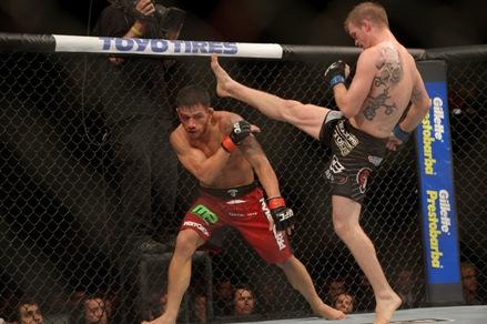 Rafael dos Anjos (esquerdo) conquistou a 4ª vitória seguida no UFC. Foto: UFC/Divulgação