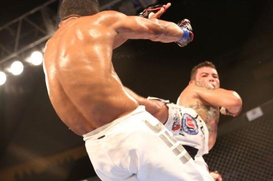Jamil aplica chute em Rafael Alves, no BKF 2 | Foto: Fco Fontenele