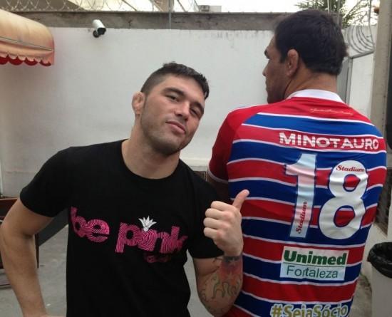 Minotauro recebeu a camisa de N° 18 com o seu nome nas costas. Foto: Fortaleza/Divulgação