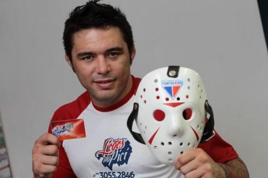 Rony Jason entra em suas lutas com a máscara personalizada do Fortaleza. Foto: O POVO