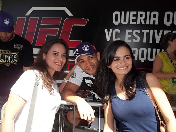 Fãs tietam José Aldo, campeão do peso-pena do UFC. Foto: Bruno Balacó