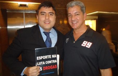 Registro do encontro entre Éder Freitas e Bruce Buffer. Foto: Arquivo Pessoal