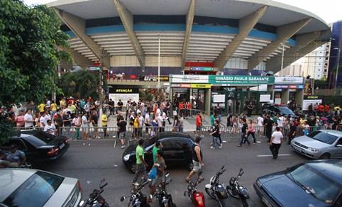 Torcedores reclamaram muito da entrada no ginásio, que ocorreu de forma lenta. Foto: Edimar Soares/O POVO