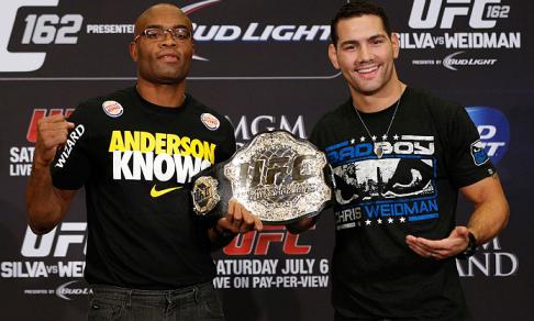 Weidman feliz da vida ao tocar o cinturão na coletiva da 1ª luta. Foto: Divulgação / UFC