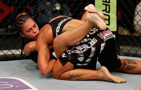 Jéssica foi dominada no 2º round. Foto: UFC/Divulgação