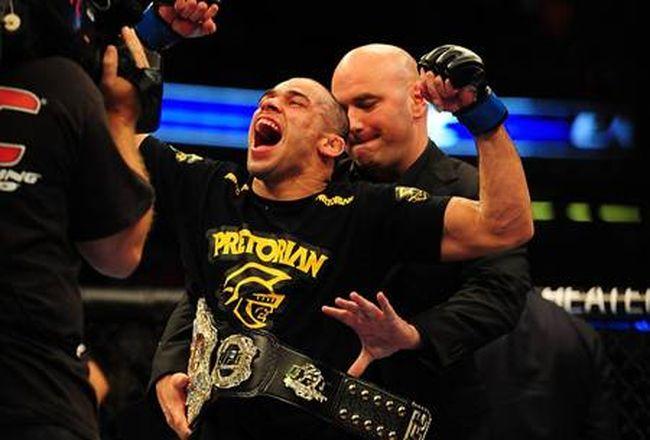 Renan Barão ao ser coroado campeão do UFC, em 2012 | Foto: Divulgação / UFC