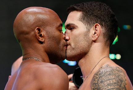 Anderson Silva e Chris Weidman tocaram os lábios na encarada. Foto: UFC/Divulgação