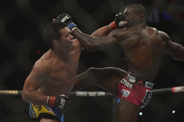 Lyoto Machida perde por pontos para Phil Davis, quebrando sequência de vitórias no UFC. (Inovafoto/UFC)