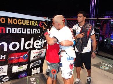 Abraço entre os lutadores após o combate. Foto: Bruno Balacó/O POVO