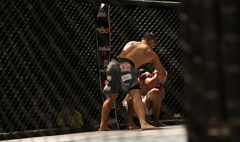 Momento em que Andrezinho consegue o nocaute. Foto: Igor de Melo/O POVO