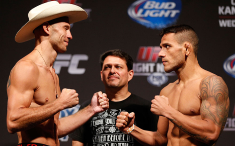 Rafael dos Anjos frente a frente com Donald Cerrone. Foto: UFC/Divulgação