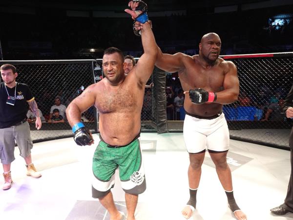 """Edson """"Conterrâneo"""" vence Bob Sapp no primeiro round"""