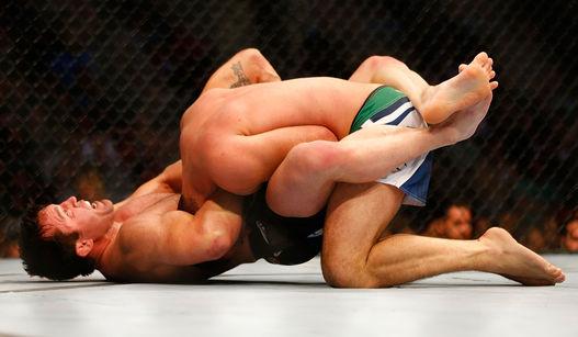 Momento em que Sonnen aplica a guilhotina e vence a luta. Foto: Getty Images (via Lancenet)