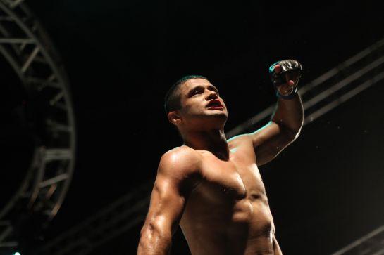 Andrezinho Nogueira comemora vitória após nocautear Chiquerim | Foto: Igor de Melo/O Povo