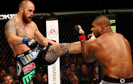 Chute que definiu o nocaute de Travis Browne. Foto: UFC/Divulgação